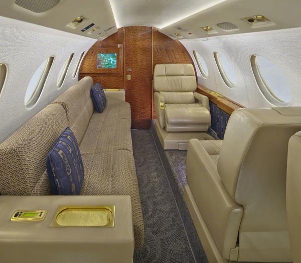 Falcon_50_Jet_ClubJet_9'15_N8400E_divan-3mb