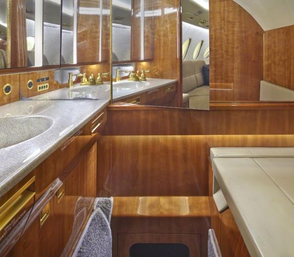 Falcon_50_Jet_ClubJet_9'15_N8400E_lavatory-3mb